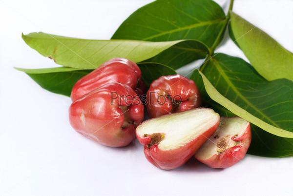 Розовые яблоки с листьями, изолированные на белом фоне