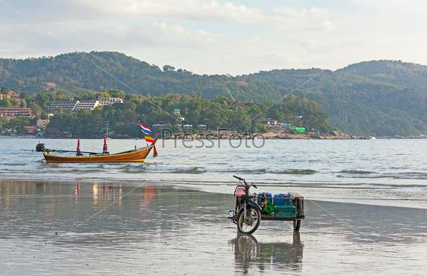Лодка и мотоцикл на берегу моря