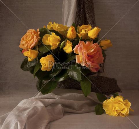 Букет ранних весенних роз на столе