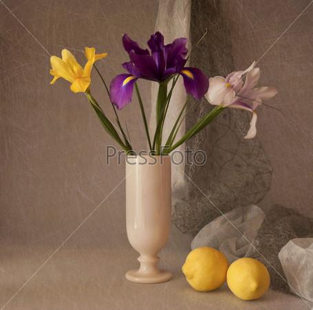 Натюрморт с ирисами и лимонами