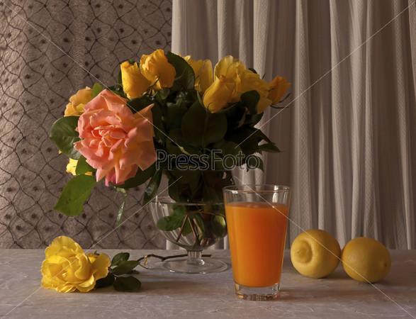 Букет весенних роз с лимонами и соком