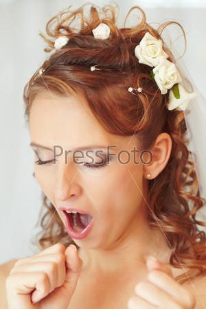 Зевающая невеста