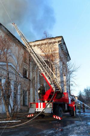 Пожарники тушат горящий Дворец культуры