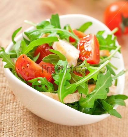 Куриное филе гриль и салат из рукколы и помидоров