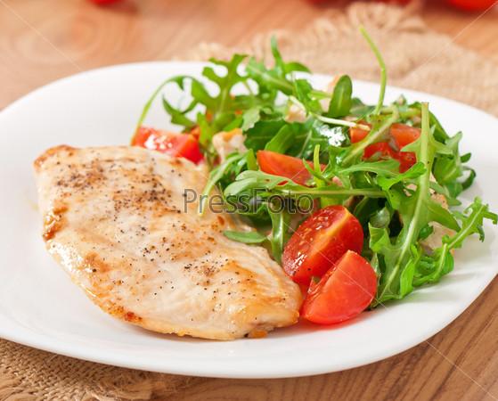 Гриль филе курица и салат из рукколы и помидор