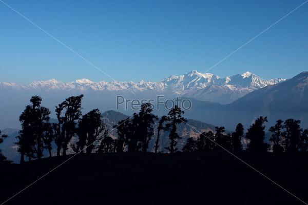 Прекрасный вид заснеженных Гималаев, Индия