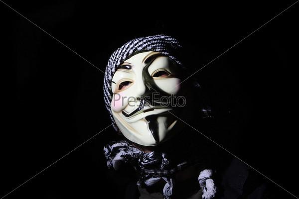 Человек в белой маске на черном фоне