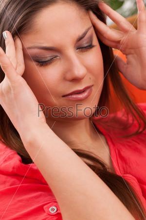 Красивая молодая женщина с головной болью
