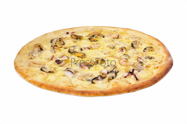 Пицца Фрутти де Маре на белом фоне
