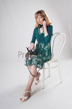 Фотография на тему Женщина в зеленом платье, сидящая на стуле
