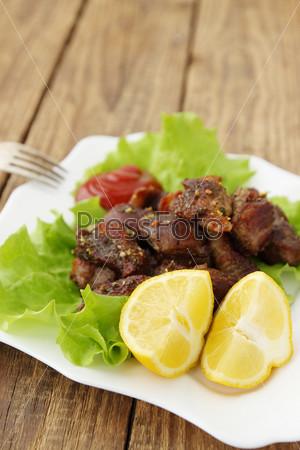 Лимон с мясом, приготовленным на гриле