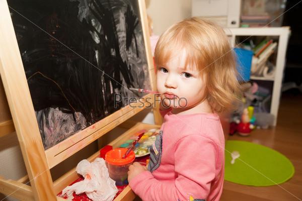 Фотография на тему Девочка рисует на мольберте