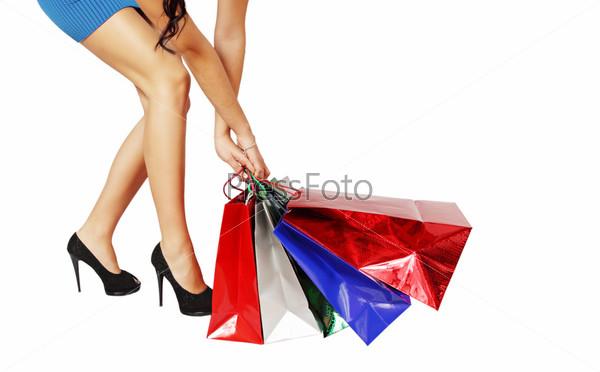 Женщина тянет сумки
