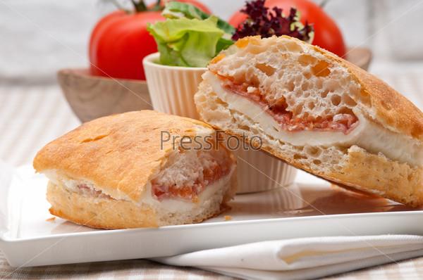 Фотография на тему Сэндвич панини с пармской ветчиной и помидорами