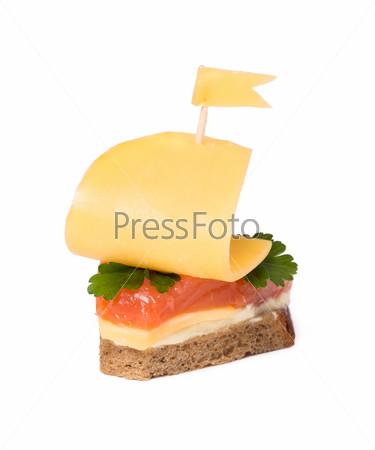 Бутерброд с красной рыбой в форме парусника