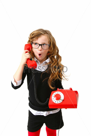 Деловая удивленная маленькая девочка с красным телефоном на белом фоне