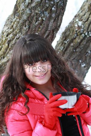 Девушка держит крышку термоса