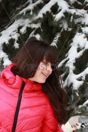 Фотография на тему Счастливая девушка возле заснеженной ели