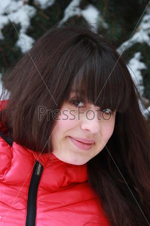 Фотография на тему Портрет девушки возле заснеженной ели
