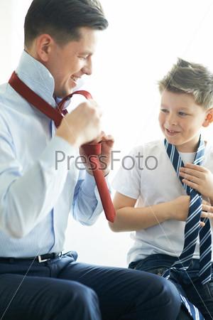 Фотография на тему Отец учит сына завязывать галстук