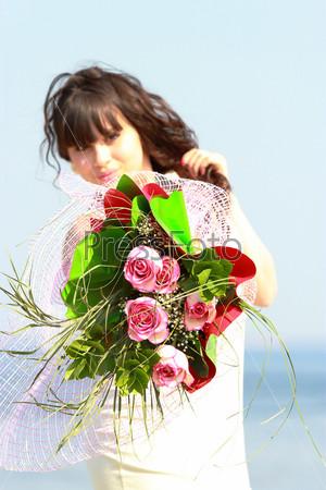 Букет из роз в руках женщины
