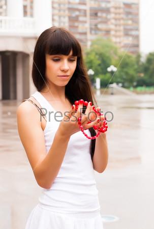 Красивая девушка с красными бусами