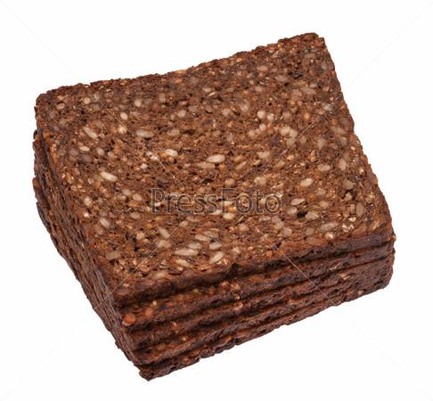 Нарезанный коричневый цельнозерновой хлеб с семечками