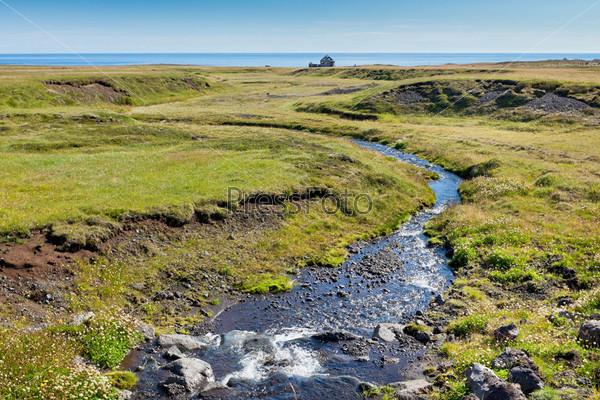 Фотография на тему Летний исландский пейзаж с речкой