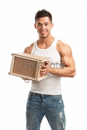 Фотография на тему Мускулистый молодой человек держит посылку