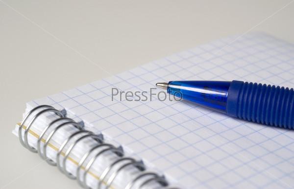 Фотография на тему Блокнот для записей и авторучка