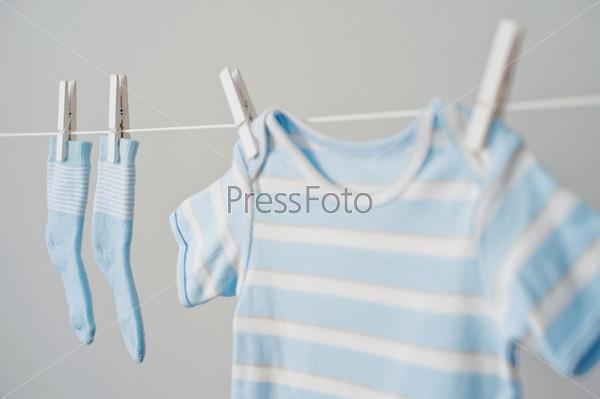 Синяя детская одежда на веревке