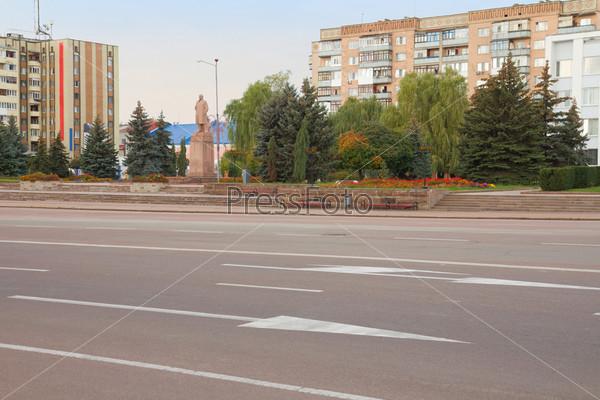 Фотография на тему Статуя Владимира Ленина и Центральная площадь в г. Коростень, Украина