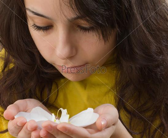 Молодая девушка с орхидеей