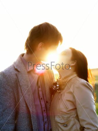 Весенний портрет молодой целующейся пары на природе