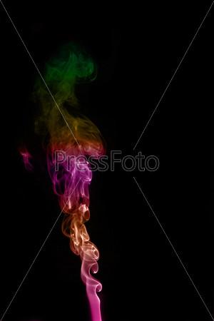 Яркий дым на черном фоне