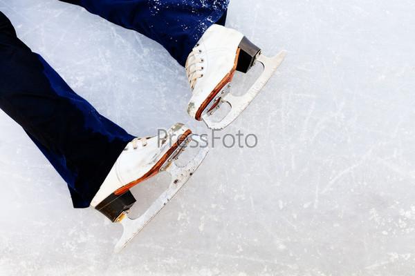 Белые кожаные коньки на льду