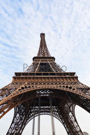Фотография на тему Вид Эйфелевой башни снизу