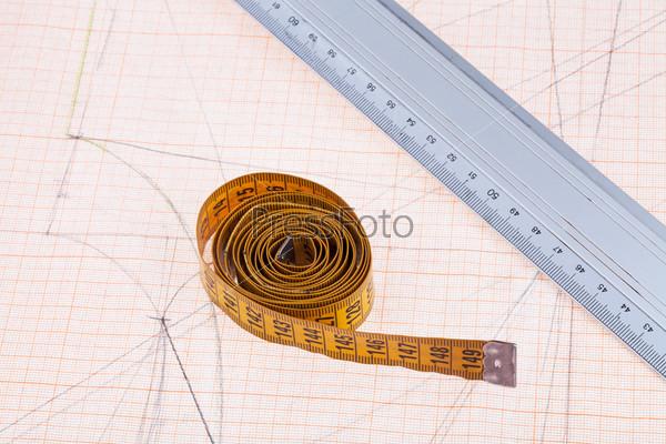 Желтый сантиметр и металлическая линейка