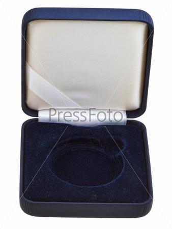 Открытая пустая черная бархатная коробка