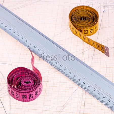 Розовый и желтый сантиметр и металлическая линейка