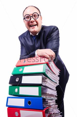 Забавный человек с большим количеством документов на белом фоне