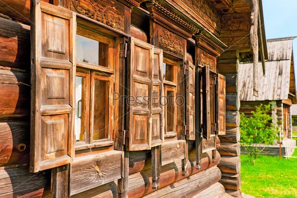 Окна с деревянными наличниками и ставнями