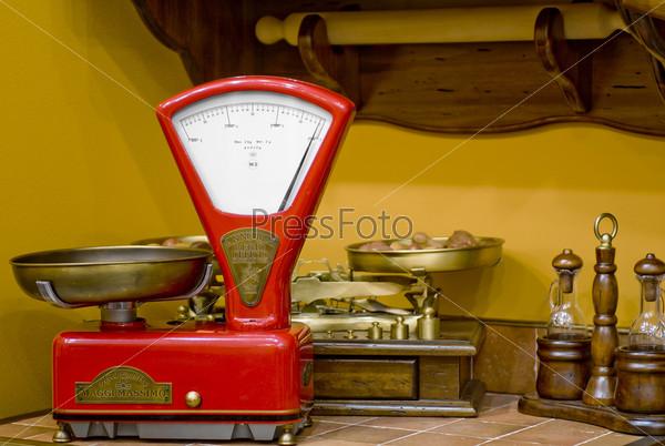 Красные кухонные весы в старинном стиле