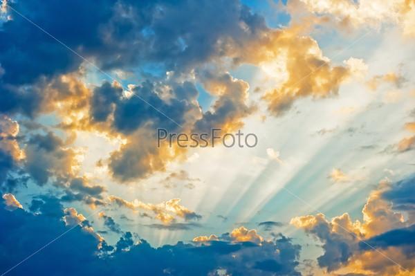 Красивые небесный пейзаж с солнцем в облаках