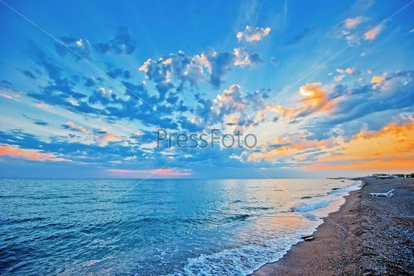 Закатное небо над морским песчаным пляжем