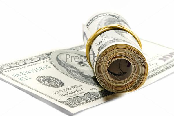 Рулон долларовых купюр на стодолларовой купюре