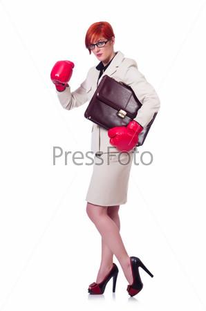 Бизнес-леди с боксерскими перчатками на белом