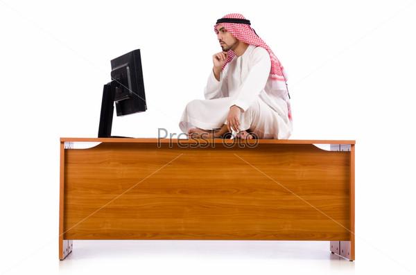 Араб сидит на столе