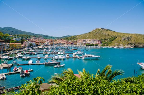 Порт с множеством яхт в летний день