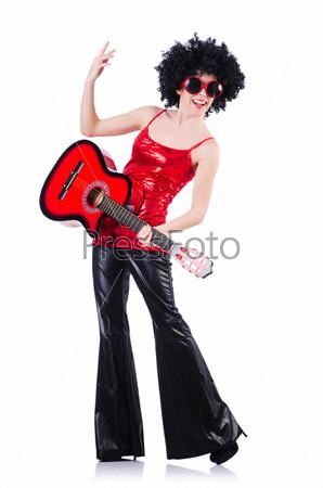 Молодая певица с прической афро и гитарой